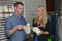 Maren (Eva Mona Rodekirchen) fühlt Alexander (Clemens Löhr) wegen Olivia auf den Zahn. – © RTL / Rolf Baumgartner