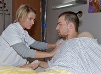Chris (Eric Stehfest) macht Lilly (Iris Mareike Steen) Vorwürfe, ihn ins Krankenhaus gebracht zu haben, denn er ist nicht krankenversichert und kann die Kosten nicht tragen. – © RTL / Rolf Baumgartner