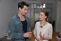 Emily (Anne Menden) vertraut David (Philipp Christopher) ihr Befürchtung an, dass sie das Sorgerecht für Kate an Tayfun verliert. – © RTL / Rolf Baumgartner