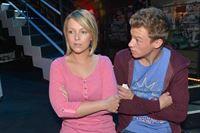 Vince (Vincent Krüger) hat das Gefühl, dass Lilly (Iris Mareike Steen) ihm etwas verschweigt. – © RTL / Rolf Baumgartner
