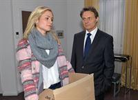 Die Stimmung von Gerner (Wolfgang Bahro) ist auf dem Tiefpunkt, als Sophie (Lea Marlen Woitack) ihre Sachen bei ihm abholt. – © RTL / Rolf Baumgartner
