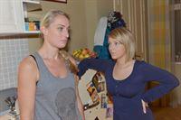 Maren (Eva Mona Rodekirchen, l.) und Lilly (Iris Mareike Steen) fragen sich, wo Alexander abgeblieben ist. – © RTL / Rolf Baumgartner