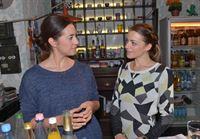 Emily (Anne Menden, r.) zeigt sich Elena (Elena Garcia Gerlach) gegenüber zuversichtlich, dass sie den Sorgerechtsprozess für sich entscheidet. – © RTL / Rolf Baumgartner
