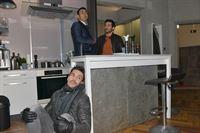 David (Philipp Christopher, l.) kann gerade noch verhindern, von Mesut (Mustafa Alin) und Tayfun (Tayfun Baydar, r.) erwischt zu werden. – © RTL / Rolf Baumgartner