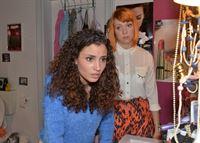 Ayla (Nadine Menz, l.) versucht vor Nele (Ramona Dempsey) die bange Vermutung abzuschütteln, sie könnte von Tayfun schwanger sein. – © RTL / Rolf Baumgartner