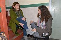 Ayla (Nadine Menz, r.) findet Katrin (Ulrike Frank) im Treppenhaus, die sich offenbar den Fuss verstaucht hat. – © RTL / Rolf Baumgartner