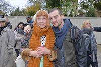 Nele (Ramona Dempsey) hat keine Ahnung, dass ihr Bruder Chris (Eric Stefest) hinter der Protestaktion steckt. – © RTL / Rolf Baumgartner