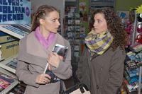 Emily (Anne Menden, l.) erfährt von Ayla (Nadine Menz), dass es wohl keine Hoffnung auf eine Versöhnung mit Tayfun gibt. – © RTL / Rolf Baumgartner