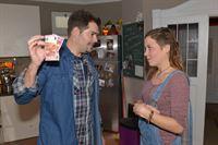 Mieze (Franziska van der Heide) freut sich sehr, als Leon (Daniel Fehlow) etwas für ihr bevorstehendes Date mit Jonas springen lässt. – © RTL / Rolf Baumgartner