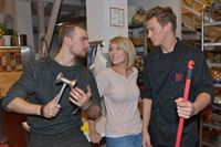 Lilly (Iris Mareike Steen) freut sich, dass Chris (Eric Stehfest, l.) und Vince (Vincent Küger) sich so gut verstehen. – © RTL / Rolf Baumgartner