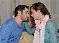 Erneut kann Ayla (Nadine Menz) ihren Gefühlen nicht widerstehen und landet mit Tayfun (Tayfun Baydar) im Bett... – © RTL / Rolf Baumgartner