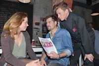 Mieze (Franziska van der Heide), Leon (Daniel Fehlow) und Vince (Vincent Krüger) wollen verhindern, dass die Kita von Oscar geschlossen wird. – © RTL / Rolf Baumgartner