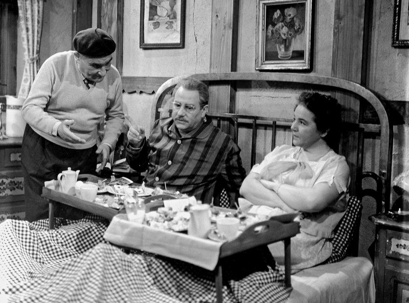 hr-fernsehen FAMILIE HESSELBACH, Der Urlaub, am Donnerstag (19.04.12) um 00:00 Uhr. Vater Hesselbach (Wolf Schmidt, Mitte) und Mutter Hesselbach (Liesel Christ) sind mit ihrem Urlaub mehr als zufrieden. Sie werden von früh bis spät vom Wirt (Manfred Schäffer) verwöhnt, die Erholung ist vollkommen. Nur hätten sie dies wohl auch näher, bequemer und billiger haben können. – Bild: hr-fernsehen
