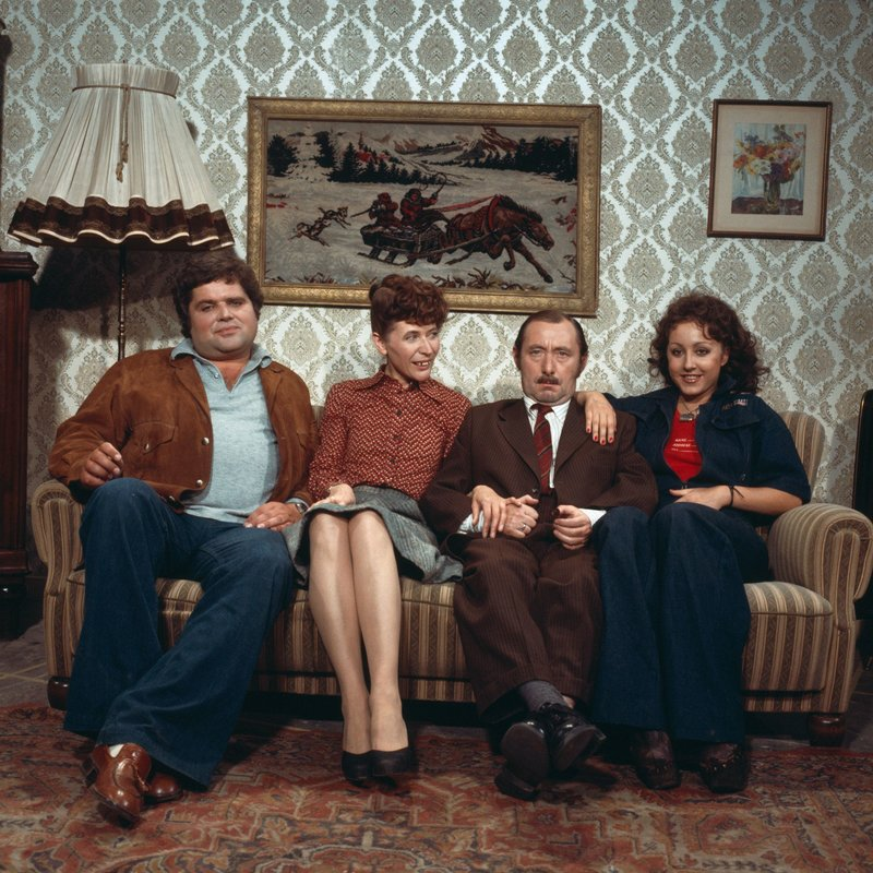 Familie Tetzlaff einträchtig auf dem Sofa. vl: Schwiegersohn Michael (Klaus Dahlen), Gattin Else (Helga Feddersen), Familienoberhaupt Alfred (Heinz Schubert) und Tochter Rita (Hildegard Krekel). – Bild: WDR