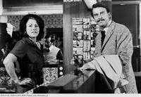 """NDR Fernsehen HAMBURG TRANSIT, """"Der Doppelgänger"""", am Mittwoch (04.02.15) um 00:15 Uhr. Die neue Empfangsdame (Berthe Trüb) begrüßt den Detektiv Fisher (Helmut Lange) ahnungslos als Stammgast George Winters. – Bild: NDR"""
