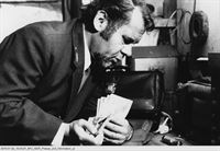 """NDR Fernsehen HAMBURG TRANSIT, """"Fundsache"""", am Mittwoch (25.02.15) um 23:50 Uhr. Gefunden hat Georg Schultes (Hans-Helmut Dickow) eine Tasche voller Geldscheine - eine große Versuchung für den kleinen Omnibusfahrer. – Bild: NDR"""