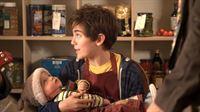 Hank (Nick James) muss bei einer Schulübung auf eine Babypuppe aufpassen und sie versorgen, als wäre sie ein echtes Baby. – © hr/Kindle Entertainment/DHX Media/Walker/Cable Productions