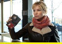 """ARD HEITER BIS TÖDLICH - HAUPTSTADTREVIER, FOLGE 32, """"Die Räuber"""", am Dienstag (11.11.14) um 18:50 Uhr im ERSTEN. Diana Fabich (Nina Gnädig) gibt sich als Kriminalbeamtin zu erkennen. – © ARD/Daniela Incoronato"""