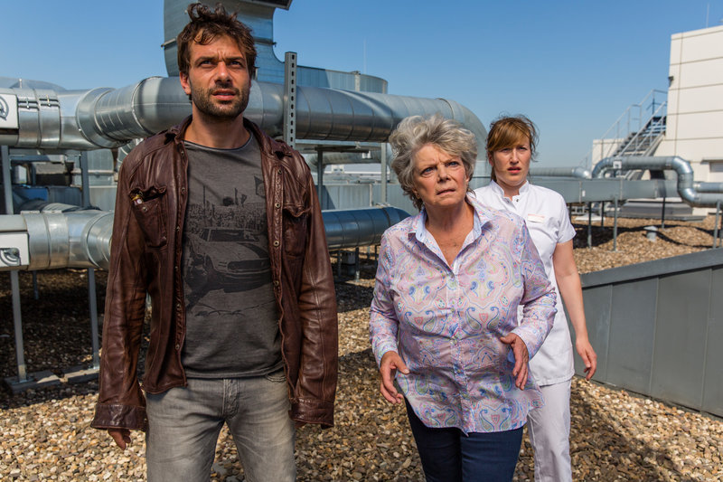 Elisabeth Behling (Grit Boettcher, Mitte) ist fassungslos angesichts der Situation, mit der sie gemeinsam mit Kommissar Heldt (Kai Schumann, l.) und der Krankenschwester (Julia Zimth, r.) auf dem Dach des Krankenhauses konfrontiert wird. – Bild: ZDF
