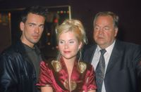 Ellen (Michaela Schaffrath) gibt den beiden Kommissaren Bonhoff (Wolfgang Krewe, li.) und Kehler (Wolfgang Bathke) Auskunft über die Gäste, die häufig in ihrer Stripbar verkehren. – © RTL Nitro