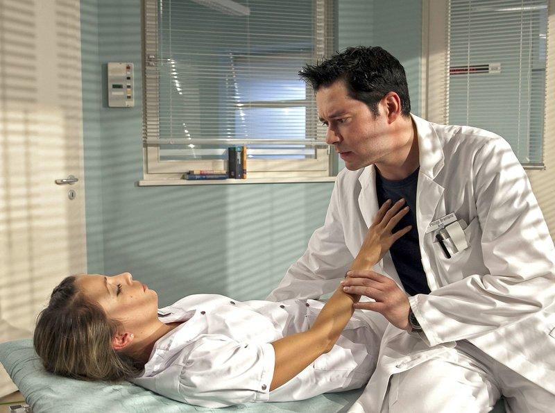 Dr. Philipp Brentano (Thomas Koch) hat die bewusstlose Arzu Ritter (Arzu Bazman) gefunden und kümmert sich um sie. Eigentlich steht morgen der Scheidungstermin der beiden an, aber in der Sorge um Arzu gesteht er, dass er sie noch liebt. Arzu kommt allerdings erst nach seinem Geständnis wieder zu Bewusstsein. – Bild: Bayerisches Fernsehen