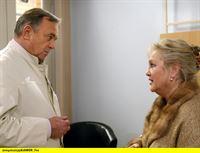 """MDR Fernsehen IN ALLER FREUNDSCHAFT FOLGE 214, """"Sarahs Mutter"""", am Dienstag (11.11.14) um 11:40 Uhr. Bei der Patientin Hildegard Marquardt (Doris Kunstmann) wurde eine schwere Arthrose im Knie diagnostiziert, Prof. Dr. Simoni (Dieter Bellmann) rät ihr zu einer Operation, bei der das Kniegelenk durch eine Prothese ersetzt werden soll. – © MDR/Krajewski"""