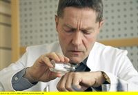 """ARD/MDR IN ALLER FREUNDSCHAFT FOLGE 678, """"Schutzengel"""", am Dienstag (10.03.15) um 21:00 Uhr im ERSTEN. Dr. Rolf Kaminski (Udo Schenk) hat einen Tumor im Kopf. Da er glaubt, dass dieser nicht operabel ist ohne ihn zum Pflegefall zu machen, verzichtet er komplett auf eine Behandlung. Als er feststellt, dass seine Geschmacksnerven nachlassen und er nicht einmal mehr das Salz schmecken kann, ist ihm klar, dass es nun rapide bergab gehen wird. – © MDR/Saxonia/Wernicke"""