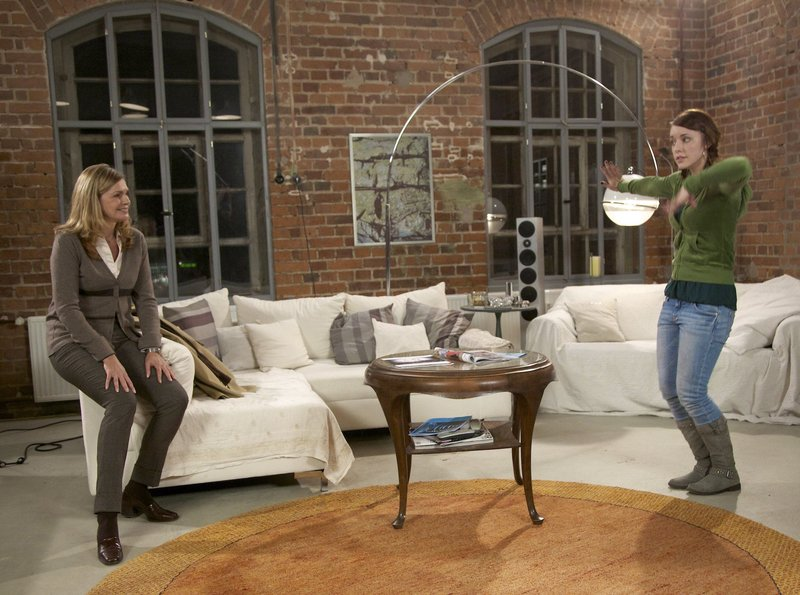 Schwester Yvonne (Maren Gilzer, links) hat die gehörlose Lilly Brückner (Johanna Ingelfinger) nach Hause begleitet. Lilly, die gern tanzt, erklärt Yvonne, wie sie den Rhythmus wahrnimmt. Sie schätzt es, dass Yvonne ihre Gehörlosigkeit nicht als Defizit oder Behinderung begreift - von ihrem Vater ist Lilly einen anderen Umgang gewöhnt. – Bild: MDR/MDR/Wernicke