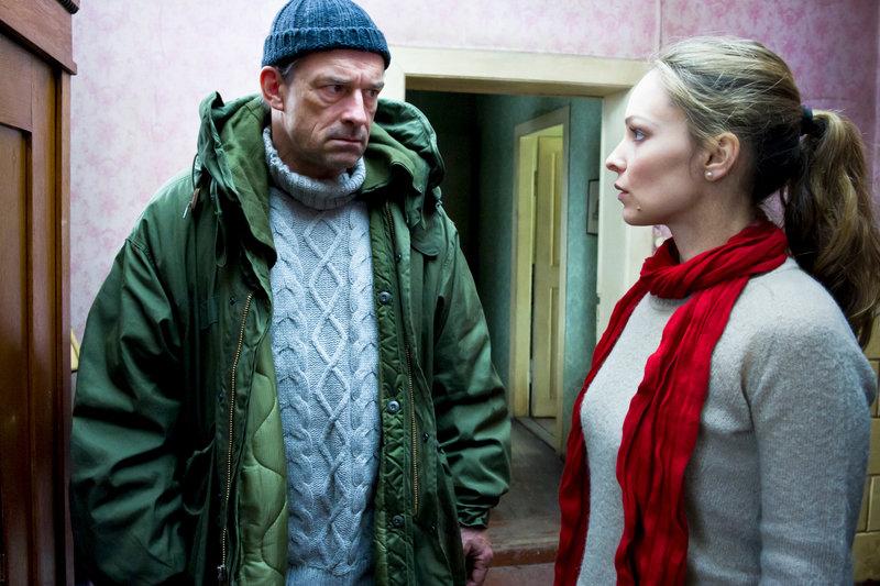 Hanna (Mina Tander) begegnet Tim (Thomas Sarbacher). – Bild: ZDF und Svenja von Schultzendorff