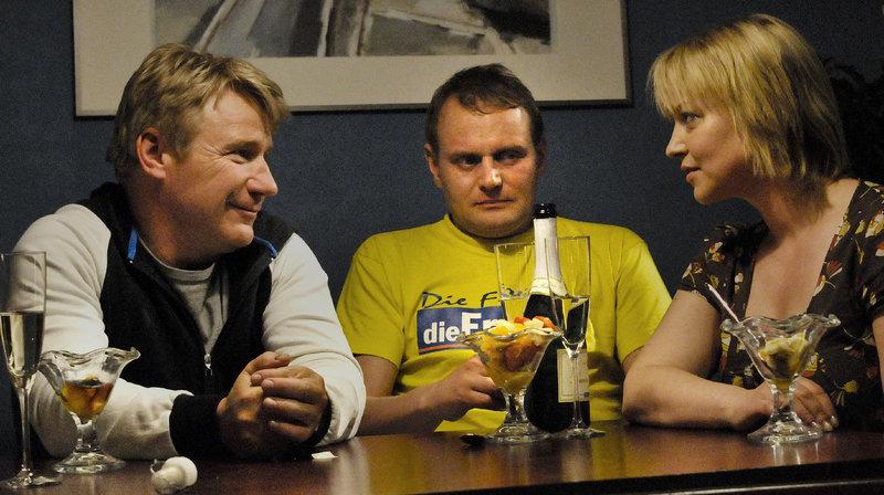 Peter (Frank Schüttauf) und Marie (Floriane Daniel) nehmen Frank (Devid Striesow, Mitte) bei sich auf. – Bild: ZDF und Nik Konietzny