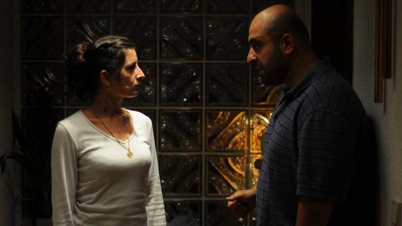 Rohad (Özgür Karadeniz, rechts) ahnt, dass seine Frau Meryem (Tanya Barut, links) ihn betrügt. – Bild: ZDF und Alida Szabo