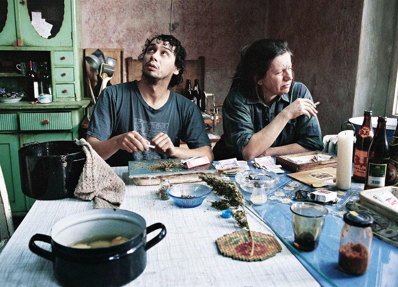 Es tropft von der Decke: Pavel Liska als Toník, Zuzana Kronerová als Tante (Copyright SRF) – Bild: SF