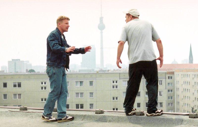 Jörg Schüttauf (li., Szene mit Tom Jahn als Peter) spielt die Hauptrolle in diesem mehrfach preisgekrönten Film von Hannes Stöhr. – Bild: ZDF