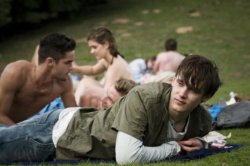 Lukas (Rick Okon) am See mit seinen Freunden – Bild: ZDF und Martin Valentin Menke