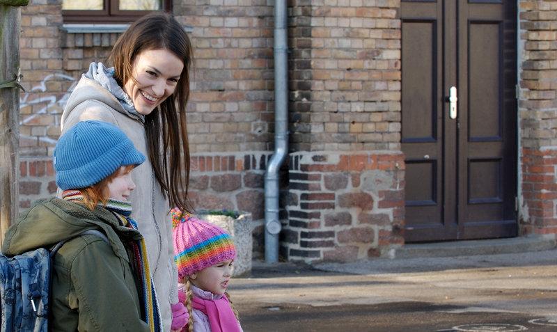 Dinah (Nicolette Krebitz) hat zwei wunderbare Kinder (Levin Henning, Elisa Richter) und einen Mann, den sie liebt und andersherum, ein Traum! Aber eines Tages ist nichts mehr wie es war... – Bild: ZDF und Matthias Melster