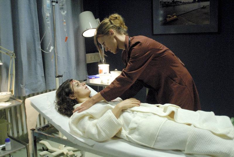 Ärztin Nele Wolff (Janna Striebeck) ist irritiert, als die neu eingelieferte Patientin (Naomi Krauss), nur mit einem Hotelbademantel bekleidet, nach ihrem Ehemann Paul Wolff verlangt und das mit dem Vornamen. – Bild: ZDF und Gisela Köhler