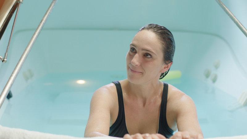 Susanne (Carola Sigg) entspannt im neuen Float-Tank ihrer besten Freundin Doreen. – Bild: ZDF und Marco Armborst