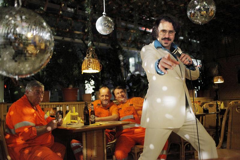 Christian Steiffen (Christian Steiffen) singt überraschend im Imbiss. – Bild: ZDF und Dennis Pauls
