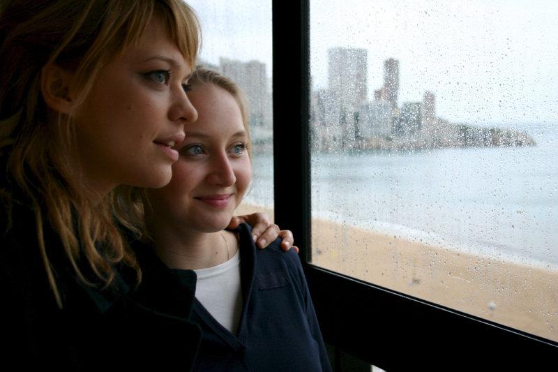 Anne (Heike Makatsch, l.) und ihre kleine Schwester Marie (Anna-Maria Mühe). – Bild: ZDF und Ed Herzog