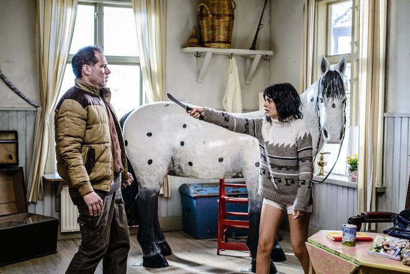 Waldemar Adolfsson (Felix Engström) findet Fippa (Hanna Westerberg) in der Villa Kunterbunt. – Bild: ZDF