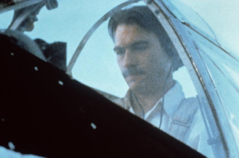 Howard Hughes (Tommy Lee Jones) ist ein begeisterter Flieger und zu allen Extremen bereit - bis er bei einem waghalsigen Flugmanöver verunglückt ... – Bild: StarTV