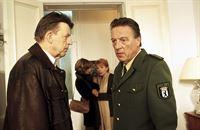 Dr. Judith Sommer (Gesine Cukrowski, 2.v.li.) versucht die Sekretärin Ulla Grünbein (Renate Schroeter, 2.v.re.) zu beruhigen. Ihr Freund ist unter rätselhaften Umständen gestorben, so dass Kommissar Joe Hoffer (Jörg Gudzuhn, li.) gegen den Willen von Polizeidirektor Dr. Erich Puto (Hans-Jürgen Hürrig, re.) eine Obduktion anordnet. – Bild: ZDF / © ZDF/Daniela Incoronato