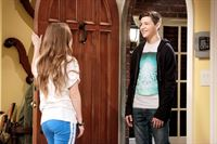 Kaitlyn Dever (Eve Baxter), Tye Sheridan (Justin). – © ORF eins