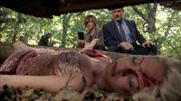 Die Detectives Olivia Benson (Mariska Hargitay) und Elliot Stabler (Christopher Meloni) mit Leiche Shelby Crawford (Natalie Hall, liegend). – Bild: VOX