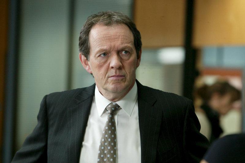 Inspektor Robert Lewis (Kevin Whately) ärgert sich, dass es ihm nicht gelungen ist, einen weiteren Mord zu verhindern. Irgend jemand scheint mit ihm Katz und Maus zu spielen. – Bild: ZDF