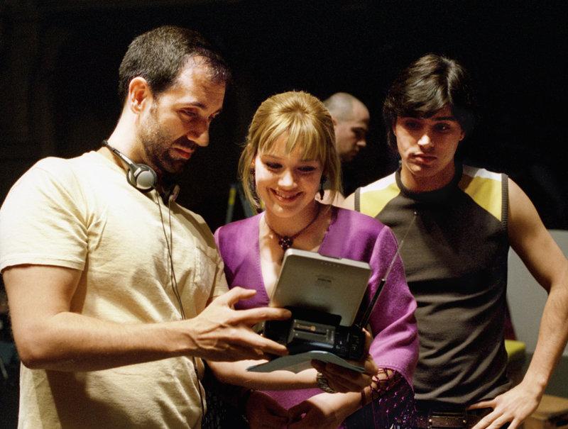 Regieanweisungen von Jim Fall, l. an Hauptdarstellerin Hilary Duff, M. und an Yani Gellman, r. – Bild: Buena Vista Distribution Lizenzbild frei