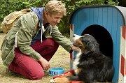 Fritz Fuchs (Guido Hammesfahr) verabschiedet sich von seinem Freund. Keks kann es kaum erwarten auf Abenteuersuche zu gehen. – © KiKA