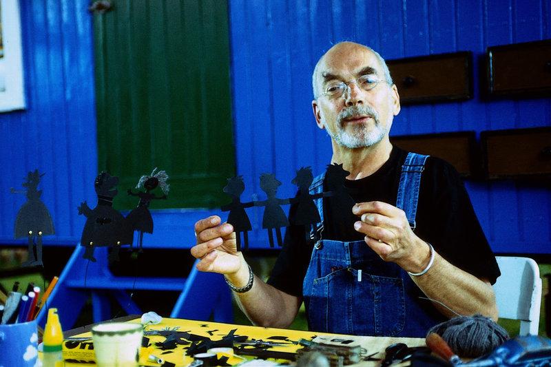 Peter hat seine Leidenschaft für das Puppentheater entdeckt. Hier hat er sich für eine Schattentheatervorführung eine Menschenkette aus Papier ausgeschnitten. – Bild: ZDF