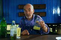 In einem Experiment beweist Peter (Peter Lustig), dass Öl und Wasser sich verbinden, wenn ihnen Seife beigemischt wird. – © ZDF und Michael Schuff