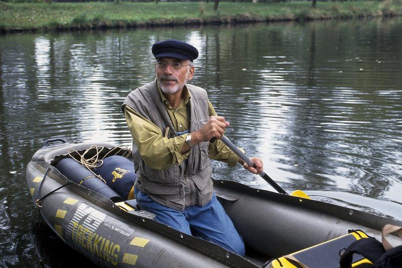 Peter Lustig fährt mit dem Schlauchboot des Bärstädter Reisebüros flußabwärts. Doch sein Erlebnisurlaub ist nicht ganz ohne Gefahren, wie sich herausstellt. – Bild: ZDF